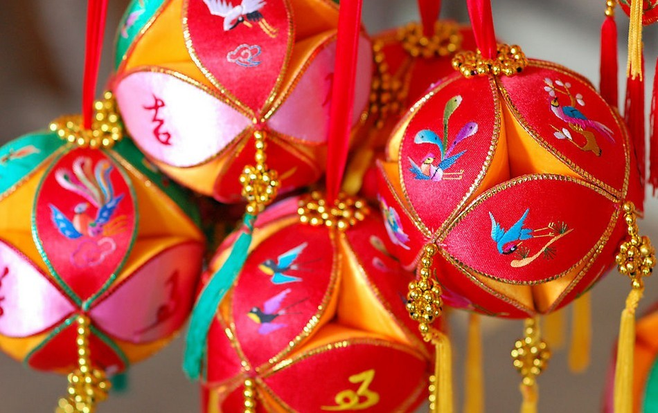绣球是姑娘们用手工做成的彩球