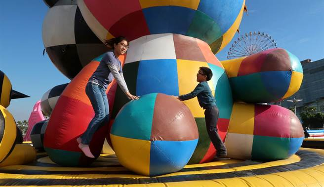 """邀请大小朋友们""""艺起玩气垫"""",畅游动物园主题式气垫乐园."""