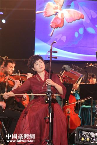 大陆二胡演奏家李梅女士和台湾长荣交响乐团的二胡协奏曲《梁祝》.图片
