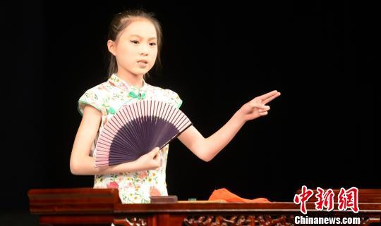江第三中心小学10岁小学生周佳仪表演福州评话《鲁达除霸》. 记者